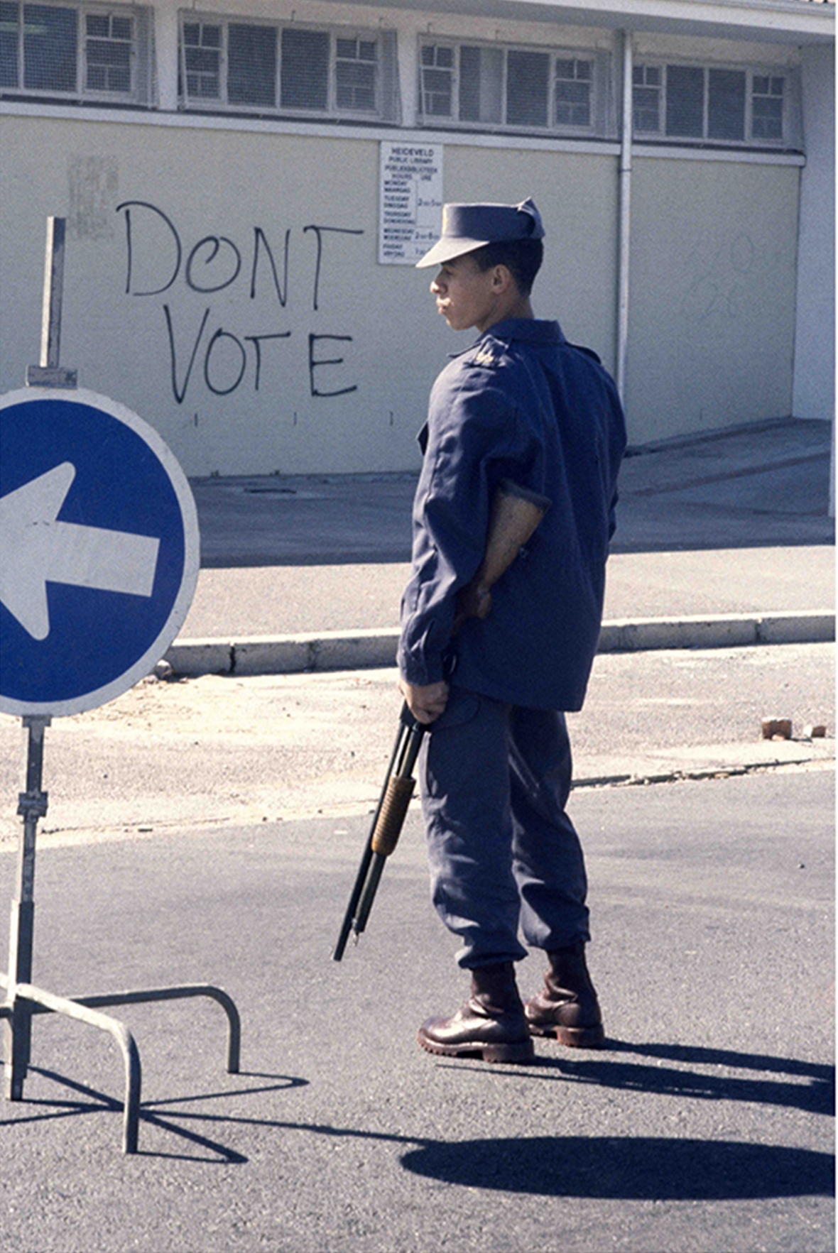 A policeman stands guard outside a Cape Flats polling station during the municipal elections held under the Tricameral Constitution. (1988)