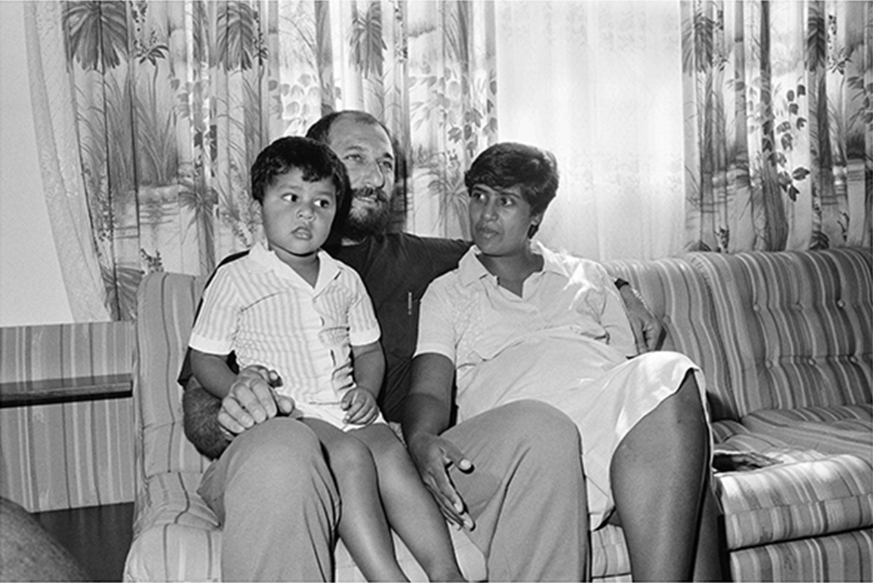Trevor Manuel with his then wife Lynne Matthews and son Govan on his release from detention. 1988